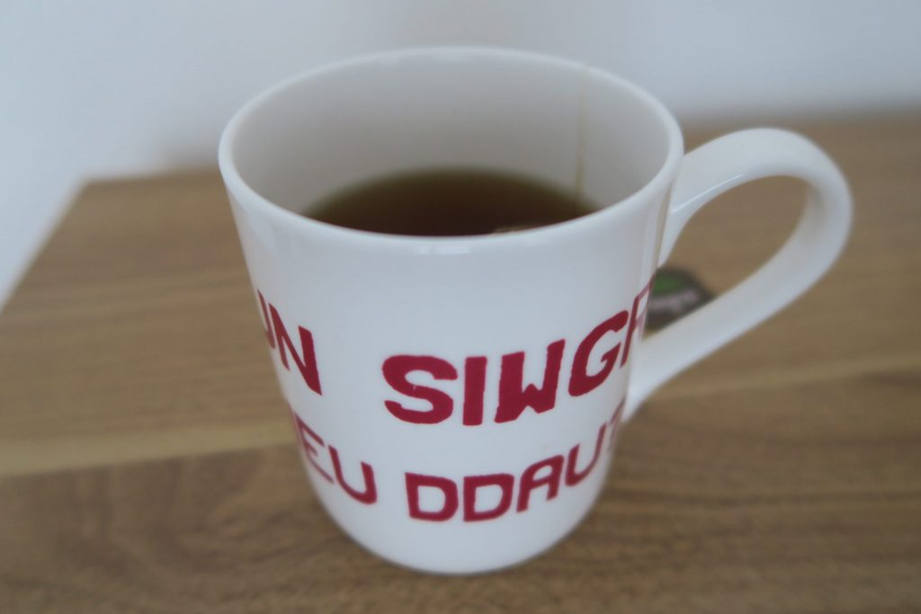 Welsh numbers written on a mug